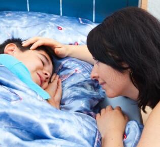 Как разбудить ребёнка правильно: действенные советы и рекомендации