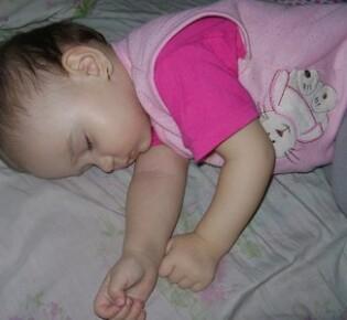 У ребенка потеет голова во время сна — почему и как ему помочь?