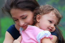 Надежная привязанность ребенка к матери: норма и проблемы