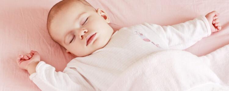 Сколько должен спать ребенок в 2 месяца: днем и ночью?