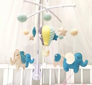 Мягкие игрушки в кроватку для новорожденных: что купить для сна и развития?