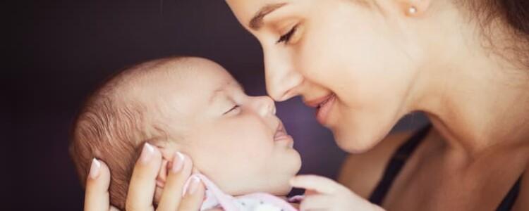 Почему после кормления грудным молоком ребенок срыгивает